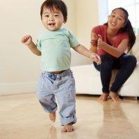 La peculiar manera de andar de los bebés