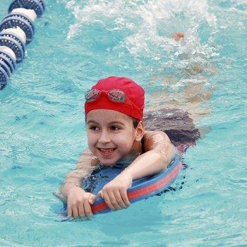 Por qué enseñar al niño a nadar