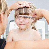 La difícil tarea de cortar el pelo de los niños