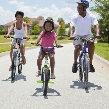 Pasear a pie o en bicicleta en familia