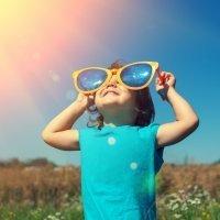 Abusar del sol daña los ojos de los niños