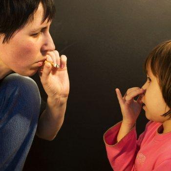En un ambiente de humo, bebés y niños se fuman 5 cigarros