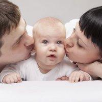 Madres y padres primerizos y sobreprotectores con sus bebés
