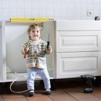 Las travesuras y aventuras de un bebé por casa. ¡Qué peligro!
