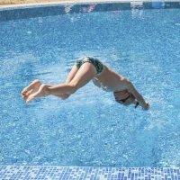 Zambullidas peligrosas de los niños en la piscina