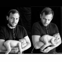 Bebé se hace caca en los brazos de su padre en una sesión de fotos