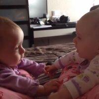 La primera vez que unas gemelas se miran a los ojos