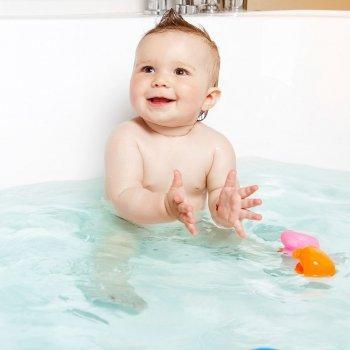 Cuando el baño del bebé se transforma en la fiesta de la risa