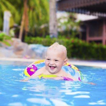 Peligros a los que se enfrentan los bebés en la piscina