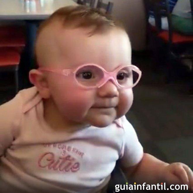 00102f468f La sonrisa de un bebé al ponerse unas gafas