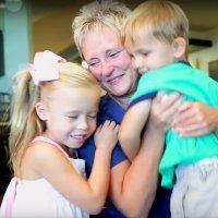 Niños prematuros dan las gracias a la enfermera que les cuidó
