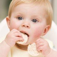 El peligro de las tortitas de arroz para los niños