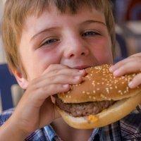 Hamburguesas y salchichas procesadas, declaradas cancerígenas