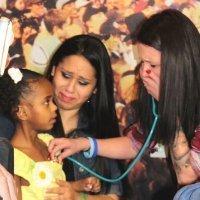 Una madre escucha emocionada el corazón donado de su hijo en otra niña