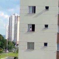 Las sobrecogedoras imágenes de un bebé que juega en una ventana