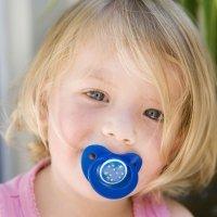 El bebé debe olvidarse del chupete antes de los tres años