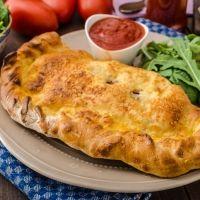 Calzone de jamón y queso: un sabor de Italia en manos de los niños