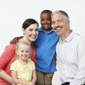 ¿Se trata igual a un hijo adoptado y a uno biológico?