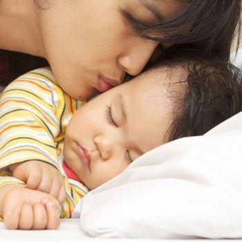 ¿Por qué sudan tanto los niños mientras duermen?