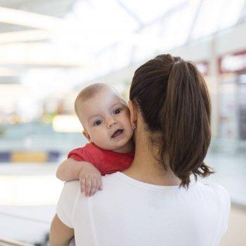 Por qué no dejar que un extraño lleve a tu bebé en brazos