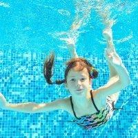 Por qué pican y escuecen los ojos en la piscina a los niños