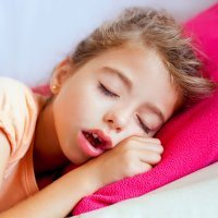 Por qué mi hijo duerme con la boca abierta