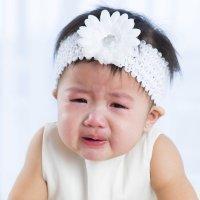 Cintas o bandas en la cabeza de bebés pueden causarles reflujo e insomnio