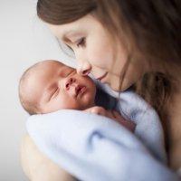 Ventajas de llevar a los bebés en brazos