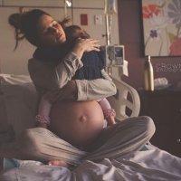 Emotiva despedida de una madre con su hija mayor antes de dar a luz