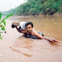 El profesor que cruza nadando un río todos los días para dar clase
