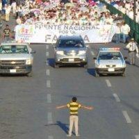 Un niño intentó parar una marcha contra el matrimonio igualitario