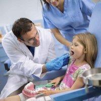 Mi niña tiene un diente negro ¿Por qué?