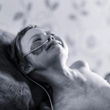 La impactante lucha contra el cáncer de una niña de cuatro años