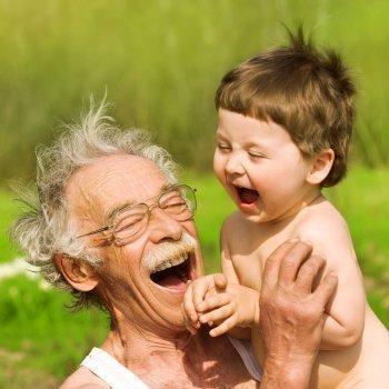 La ciencia descubre por qué los abuelos son tan cariñosos con los nietos