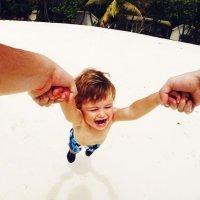 El peligro de levantar a los niños por las manos o brazos