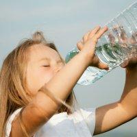 Por qué no debes reutilizar las botellas de agua de tu hijo