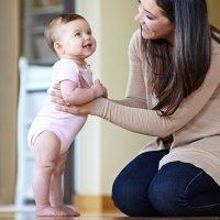 Por qué no debes forzar a tu bebé a sentarse, gatear o caminar