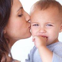 El beso de las madres puede curar las heridas de sus hijos