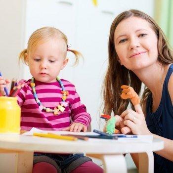 ¿Deben las cuidadoras educar a los niños que cuidan?