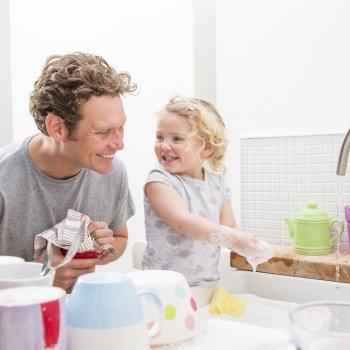 Por qué los niños que ayudan en las tareas de casa serán adultos con más éxito