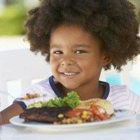De la pirámide alimenticia al plato saludable en la alimentación de los niños
