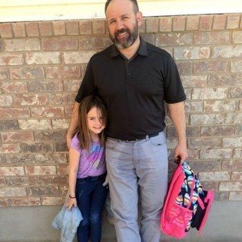 Reacción del padre de una niña con enuresis en el colegio
