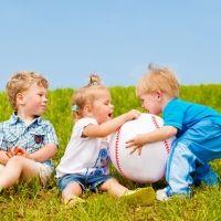 Por qué no debes obligar a compartir al niño