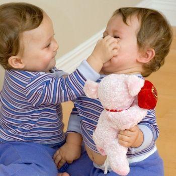 Una violenta pelea entre bebés para reflexionar sobre el uso de su imagen en redes