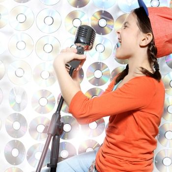 Cuidado con algunas canciones que cantan nuestros hijos