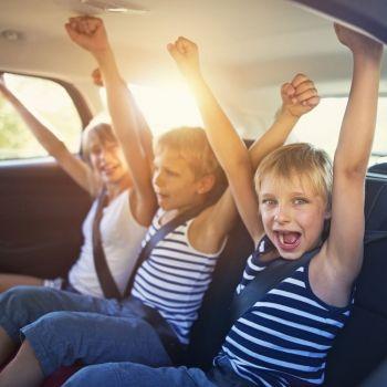 Un vídeo de una niña que cae de un coche nos hace pensar en la seguridad de nuestros hijos