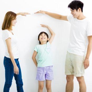 Los niños heredan el peso de la madre y la altura del padre