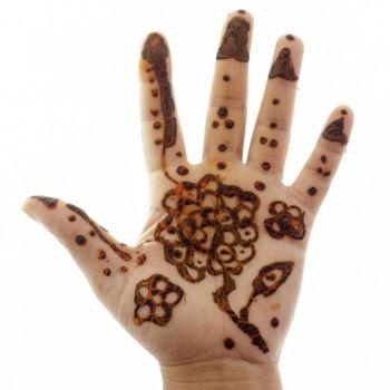 Por qué los tatuajes de henna pueden ser tan peligrosos para los niños