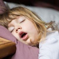 La verdadera razón de por qué los niños hablan en sueños