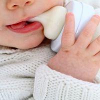 Por qué dejar que el bebé agarre solo el biberón puede provocarle la muerte